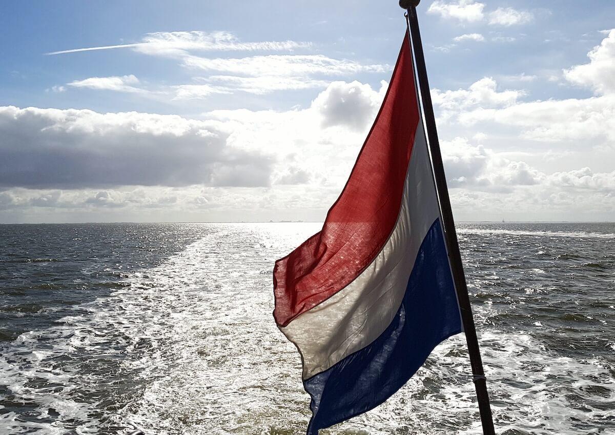 Vlag op boot Nederlandse Zee uitgelichte afbeelding op Vishandel Waninge in Lochem uit de Achterhoek